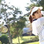 ゴルフ場での女性のサンバイザーのかぶり方。髪型はどうする?